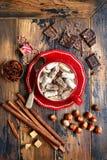 Erwärmungsheiße Schokolade der haselnusses mit Minieibisch in einem roten Cu stockbilder