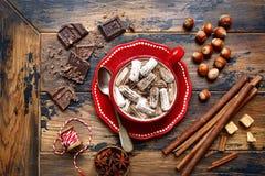 Erwärmungsheiße Schokolade der haselnusses mit Minieibisch in einem roten Cu stockfotografie