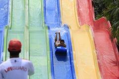 Erwachsen-Spaß-Schlitten-Wasser-Fahrten lizenzfreie stockfotografie