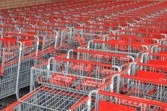 Erwachsen- und Kindeinkaufenwagen lizenzfreies stockfoto