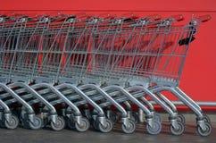 Erwachsen- und Kindeinkaufenwagen Stockfoto