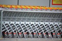 Erwachsen- und Kindeinkaufenwagen Stockfotografie