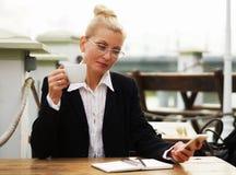 Erwachsene attraktive ernste Geschäftsfrau blond Lizenzfreies Stockbild
