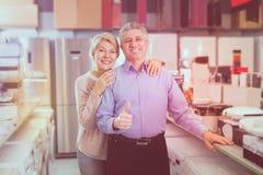 Erwachsene besichtigen Shop von Haushaltsgeräten für das Kaufen gut stockbilder