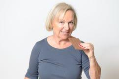 Erwachsene blonde Frau, die oben Schokoriegel im Abschluss isst Lizenzfreie Stockfotos