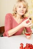 Erwachsene blonde Frau mit Bonbons Lizenzfreie Stockfotografie