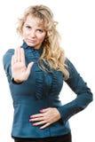 Erwachsene blondie Frau, die Handzeichen macht Lizenzfreie Stockfotografie