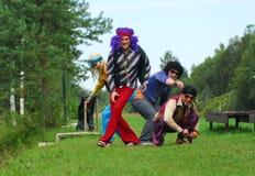 Erwachsene in den Retro- Kostümen stockbild