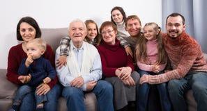 Erwachsene Familie, die zahlreiche Fotos macht lizenzfreie stockfotografie