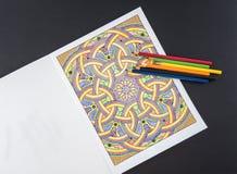 Erwachsene Farbton-Seite und farbige Bleistifte Lizenzfreie Stockfotografie