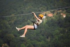 Erwachsene Frau auf Ziplinie Lizenzfreie Stockbilder