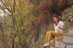 Erwachsene Frau bewundert Natur im vollen Fall Lizenzfreies Stockfoto
