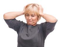 Erwachsene Frau, blond, lokalisiert auf dem weißen Hintergrund, halten durch das Haar Stockbilder