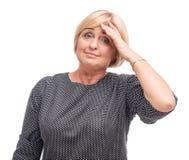 Erwachsene Frau, blond, lokalisiert auf weißem Hintergrund, Kopfschmerzen Lizenzfreies Stockfoto