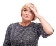 Erwachsene Frau, blond, lokalisiert auf weißem Hintergrund, Kopfschmerzen Stockfotos