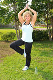Erwachsene Frau in der Yogahaltung Stockbilder