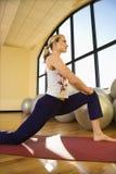 Erwachsene Frau, die an der Gymnastik ausdehnt lizenzfreie stockfotos