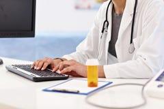 Erwachsene Frau, die einen Besuch im Büro der Ärztin hat stockbilder