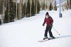 Erwachsene Frau, die erlernt Ski zu fahren Lizenzfreie Stockfotos