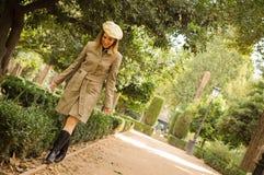 Erwachsene Frau, die in herbstlichen Park geht stockfoto
