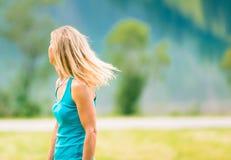 Erwachsene Frau, die ihr Haar rüttelt Stockfoto
