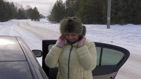 Erwachsene Frau, die Kleid korrigiert und bevor dem Gehen in Winterwald primping stock footage