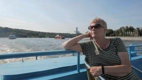 Erwachsene Frau, die Reise des touristischen Bootes entlang dem Fluss genießt stock footage