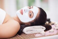 Erwachsene Frau, die Schönheitsbehandlungen im Badekurortsalon hat Lizenzfreie Stockbilder