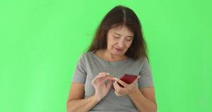 Erwachsene Frau, die Telefon auf chromakey verwendet stock video footage