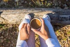 Erwachsene Frau genießt Morgenkaffee in der Natur Lizenzfreie Stockfotos