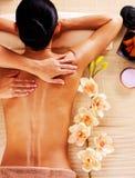 Erwachsene Frau im Badekurortsalon, der Körpermassage hat. Lizenzfreie Stockfotos