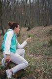 Erwachsene Frau im Wald mit Frühlingsblumenblumenstrauß Lizenzfreies Stockfoto