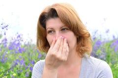 Erwachsene Frau mit Allergien auf der Wiese Stockbild