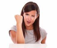 Erwachsene Frau mit dem Blinzeln des Auges und dem Gewinnen von Geste Lizenzfreie Stockfotos