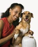 Erwachsene Frau mit Hund. lizenzfreie stockbilder