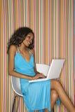 Erwachsene Frau mit Laptop. stockfotografie