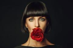 Erwachsene Frau mit Rotrose Stockfotos