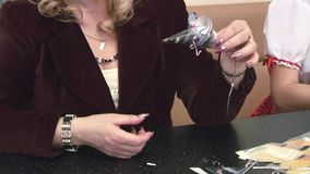 Erwachsene Frau zeigt die Maus, die aus Papier heraus gemacht wird Mädchen handgemacht bei Tisch liebhaberei Interessanter Origam stock footage