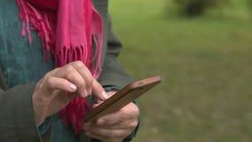 Erwachsene Frau zieht seinen Handy aus stock footage
