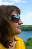 Erwachsene Frauen in den Sonnegläsern Stockbild