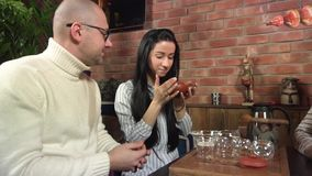 Erwachsene Gruppe Freund-Getränk Puerh-Tee stock footage