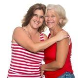 Erwachsene hispanische Frau, die ihre Mutter umarmt lizenzfreies stockfoto