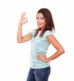 Erwachsene hispanische Frau mit okayzeichen Stockbilder