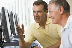 Erwachsene Kursteilnehmer, die an Computern arbeiten stockbilder