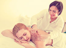Erwachsene Masseuse macht entspannende Massageschulterzone zum jungen wom Stockfotos