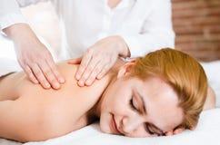 Erwachsene Masseuse macht entspannende Massageschulterzone zum jungen wom Lizenzfreie Stockfotografie