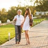 Erwachsene Mutter und Tochter lizenzfreie stockfotografie