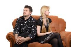 Erwachsene Paare auf dem Sofa Lizenzfreie Stockfotografie