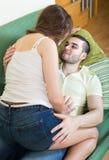 Erwachsene Paare auf Sofa im Haus Stockbild
