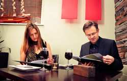Erwachsene Paare, die das Menü lesen Lizenzfreies Stockbild